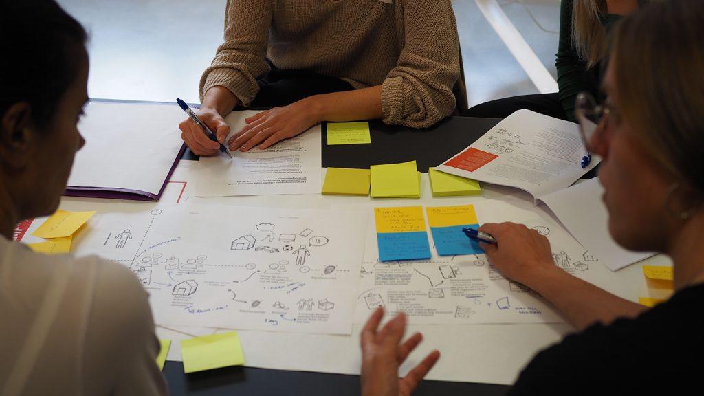 Feryal och Elin, designer på Förnyelselabbet, jobbar fram en prototyp på hur Socialjouren kan involvera kommuner i trepartssamtal.
